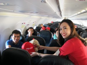 vietjet-cabin-crew-presents-gifts-to-passengers-onboard-flight-from-bangkok-to-hai-phong